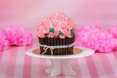 Розовое пирожное масл-сливк с цветком стоковое фото