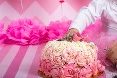 Розовое пирожное масл-сливк с цветком стоковое изображение