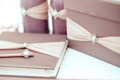 Розовое примечание подарочной коробки и бумаги на деревянной предпосылке Стоковые Фото