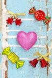 Розовое сердце с аксессуаром на grungy свете - голубой деревянной предпосылке Стоковые Изображения RF