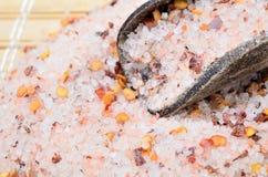 Розовое соль с семенем chili на таблице Стоковая Фотография