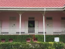 Розовое старое здание с садом Стоковое Изображение RF