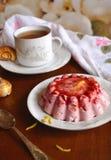 Розовое суфле на белой плите на деревянном столе Стоковое фото RF