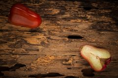 Розовое яблоко на древесине темно ноча Стоковое фото RF