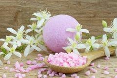 Розовые бомба ванны и соль для принятия ванны стоковые изображения