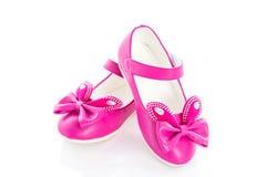 Розовые ботинки девушки над белизной Стоковые Изображения