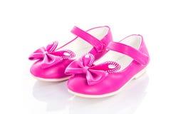 Розовые ботинки девушки над белизной Стоковое фото RF