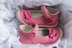 Розовые ботинки для маленьких девочек Стоковое Фото