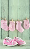 Розовые ботинки малыша на салатовой предпосылке Стоковые Фотографии RF
