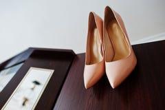 Розовые ботинки невест свадьбы на высоких пятках в шкафе Стоковая Фотография RF