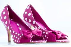 Розовые ботинки пятки шпилек точки польки стоковая фотография rf