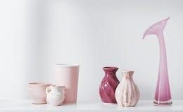 Розовые вазы на полке Стоковое Фото