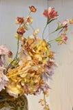 Розовые гвоздики и оранжевые хризантемы в белой вазе Artif Стоковое фото RF