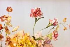 Розовые гвоздики и оранжевые хризантемы в белой вазе Artif Стоковое Фото