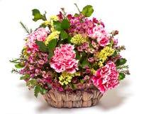 Розовые гвоздики в плетеной корзине стоковое фото rf