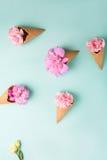 Розовые гвоздики Цветы peonies Розовые пионы на зеленой предпосылке Стоковые Фотографии RF