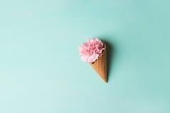 Розовые гвоздики Цветы peonies Розовые пионы на зеленой предпосылке Стоковая Фотография
