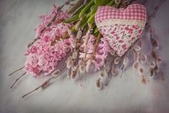 Розовые гиацинт, хворостины вербы и сердце стоковая фотография