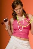 розовые детеныши женщины солнечных очков Стоковое Изображение RF