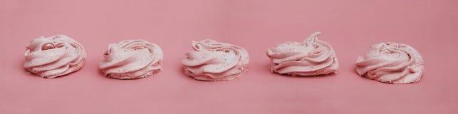 Розовые домодельные zephyr или зефир на розовой предпосылке Зефир клубники, меренга, Zephyr знамена Стоковые Изображения RF