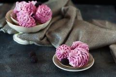 Розовые домодельные zephyr или зефир на темной предпосылке Стоковые Изображения RF
