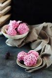 Розовые домодельные zephyr или зефир на темной предпосылке Стоковое Изображение