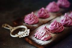 Розовые домодельные zephyr или зефир на темной предпосылке Стоковое Изображение RF