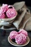 Розовые домодельные zephyr или зефир на темной предпосылке Стоковое фото RF