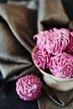 Розовые домодельные zephyr или зефир на темной предпосылке Стоковые Фото
