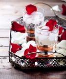 Розовые лепестки коктеиля вкуса на винтажном подносе Стоковые Изображения RF