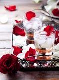 Розовые лепестки коктеиля вкуса на винтажном подносе Стоковая Фотография
