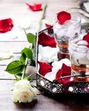 Розовые лепестки коктеиля вкуса на винтажном подносе Стоковые Фотографии RF