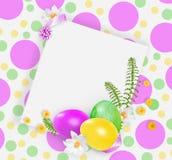 Розовые, желтые и зеленые пасхальные яйца и малые желтые цветки белые snowdrops на запятнанной яркой предпосылке Стоковые Фотографии RF