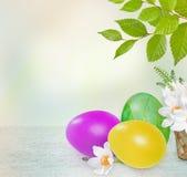 Розовые, желтые и зеленые пасхальные яйца, полевые цветки Квадрат для текста Стоковые Изображения RF
