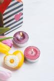 Розовые желтые тюльпаны и подарочная коробка с красной лентой Стоковые Изображения