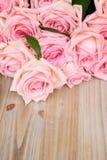Розовые зацветая розы на древесине Стоковое Изображение RF