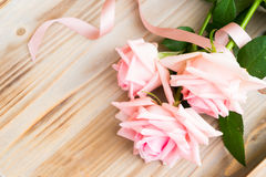 Розовые зацветая розы на древесине Стоковая Фотография RF