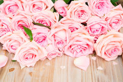 Розовые зацветая розы на древесине Стоковое фото RF