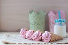 Розовые зефиры или zephyr вкуса поленики с молоком на деревянной предпосылке стоковые фото