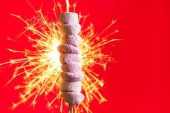 Розовые зефиры на огне Стоковые Фотографии RF
