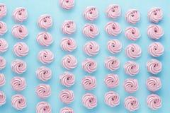 Розовые зефир или zephyr на светлом - голубая предпосылка стоковые фото