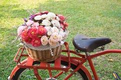 Розовые искусственные цветки в винтажном велосипеде стоковая фотография