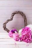 Розовые и белые цветки пионов и декоративное сердце Стоковые Фотографии RF