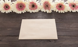 Розовые и белые цветки gerbera в деревянной предпосылке с карточкой Стоковые Изображения RF