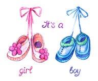 Розовые и голубые ботинки вися на шнурке, изолированном с надписью его ` s девушка, мальчик иллюстрация вектора