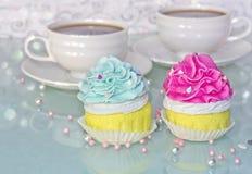 Розовые и голубые булочки и чашка кофе Стоковое Изображение