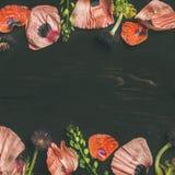 Розовые и красные лепестки цветка, ветви и листья, квадратный урожай Стоковые Фото