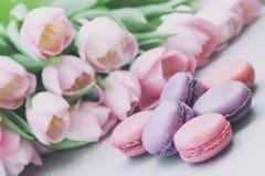 Розовые и фиолетовые Macaroons, весна цветут, тюльпаны, предпосылка пастели предложения Романтичное утро, подарок, присутствующий Стоковое фото RF