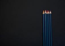 Розовые карандаши на черной предпосылке Стоковые Фотографии RF
