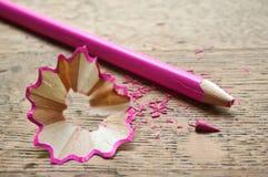 Розовые карандаш и shavings на деревянной предпосылке Стоковая Фотография RF